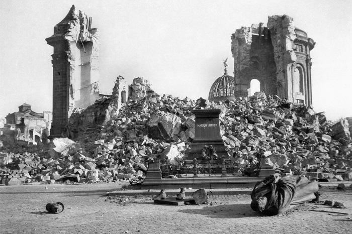 德勒斯登聖母教堂戰後廢墟圖。圖片來源:http://goo.gl/HA8fcd