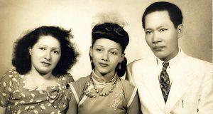 1946年十五嵗的何秋蘭與母親何樹花、父親方標